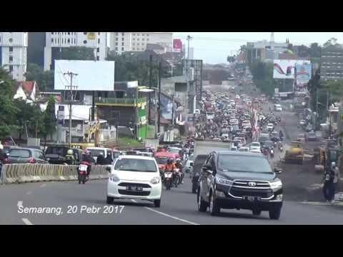 Suasana Jalan Jatingaleh, Kota Semarang saat jam kerja