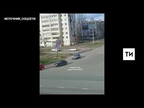 На видео сняли, как в Зеленодольске ветер уронил рекламный щит, едва не задев машину