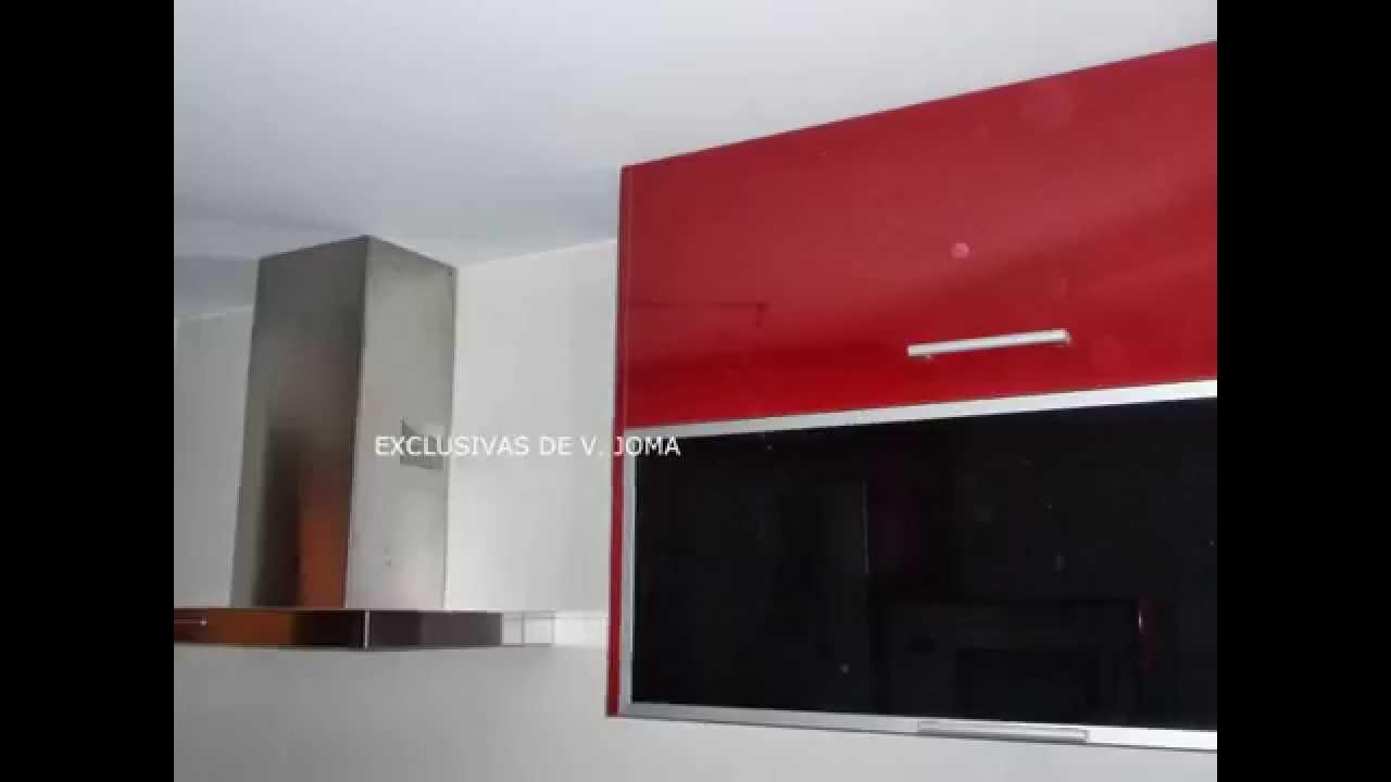 Muebles de cocina en color rojo granate con encimera de for Cocinas color granate