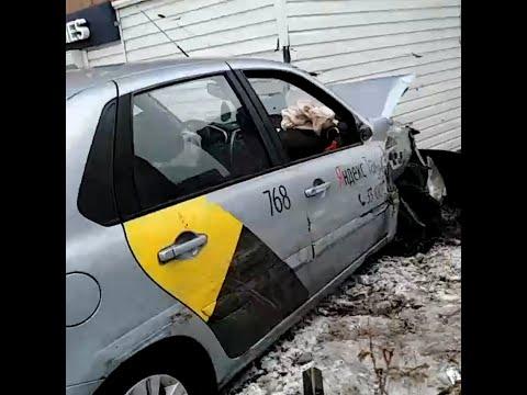 Таксист врезался в дом в Челябинске | 74.RU