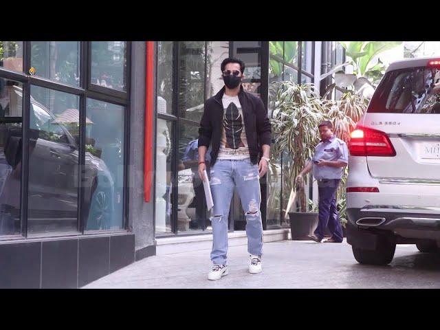 Varun Dhawan, Nimrat Kaur & Abhishek Banarjee Snapped At Maddock Films Khar