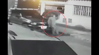 El momento en que ladrón empuja un carro en Bogotá para luego robárselo