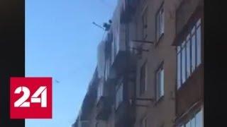 Смотреть видео Коммунальщики сбросили метровые сосульки на автомобиль на севере Москвы - Россия 24 онлайн