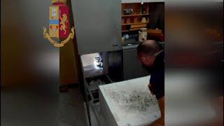 Catania, il cane scopre la sorpresa dietro al frigorifero: c'è un bunker per la droga