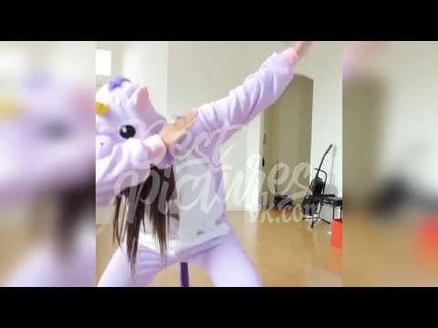 милая девушка танцует в костюме единорога.