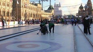 Jugando al curling en plena Plaza Roja