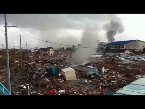 Japan Tsunami 2011: Narrow escape on a foot bridge [Stabilized]