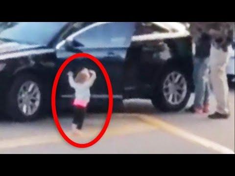 Bimba di 2 anni si 'arrende' con le mani in alto davanti alla polizia che arresta i suoi genitori