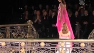 Versace открывает Неделю высокой моды в Париже(( http://ntdtv.ru ) Неделя высокой моды в Париже началась с показа роскошной и яркой весенне-летней коллекции..., 2013-01-21T12:20:04.000Z)