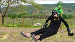 CADU FINGE BRINCAR DE MISSÃO RESGATE E SALVA A BAT GIRL DANY