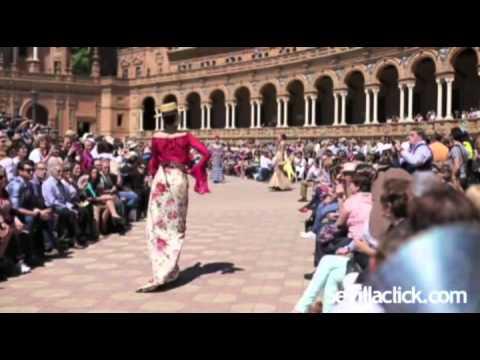 Desfile de Moda Flamenca en la Plaza de España de Sevilla