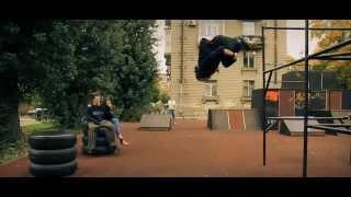 Различные трюки паркура и упражнения на турнике.(http://youtu.be/DYB_nQJURhI Посмотрев это видео вы детально увидите различные трюки паркура и упражнения на турнике., 2013-05-13T08:09:55.000Z)
