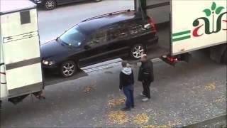 Une technique pour charger une voiture dans la remorque d'un camion