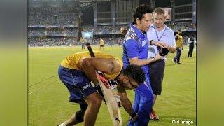 Yuvraj Singh touches Sachin Tendulkar's feet during MI vs SRH in IPL   Oneindia