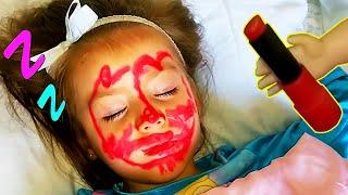 SURI es Maquillada MIENTRAS DUERME |SURI TV| My doll Angela makes me up while I sleep