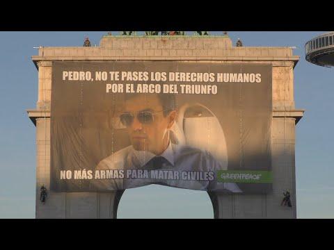 """La pancarta de Greenpeace para Sánchez: """"No te pases los derechos humanos por el arco de triunfo"""""""
