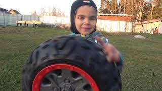 Малыш катается на машинке и чинит отпавшее колесо Видео про машинки