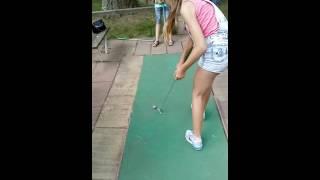 Играем в мини гольф)
