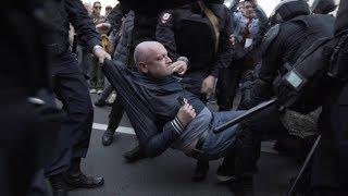 На Первомайской демонстрации в Петербурге жестко задержали депутата Максима Резника