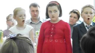 Странная маленькая девочка поет песню на утреннике