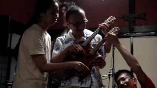 名古屋のウクレレクルーラーズで2人羽織より高度な4人羽織の演奏です。...