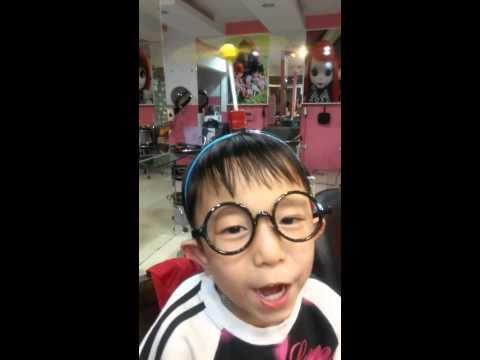 Cậu bé hát nhạc phim Doraemon cực dễ thương