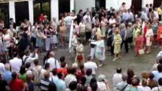 スペイン・コルドバの聖体祭の行進で歌うマダムたち