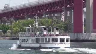 北九州市若松区と戸畑区を結ぶ若戸大橋と若戸渡船。たくさんの映画、ド...