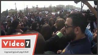 بالفيديو.. زوجة محمود عبد العزيز وإسعاد يونس يشيعا الساحر بالدموع