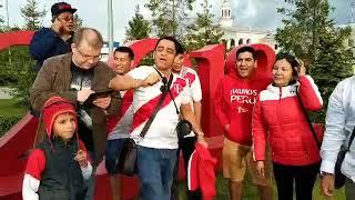 Жаркие танцы: болельщики Перу ждут футболистов в аэропорту Екатеринбурга