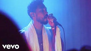 Смотреть клип Miguel - Leaves