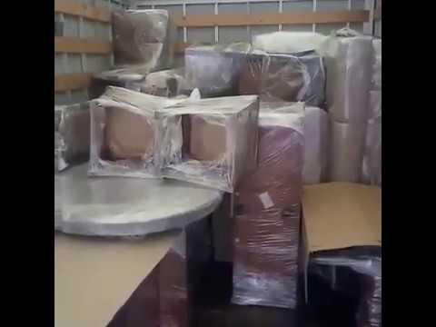 Упакованные вещи в фургоне