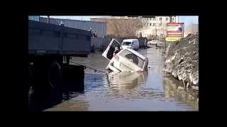 Новосибирск (Гигантская яма и лужа)06.04.2015.Novosibirsk.Russia.(A giant pit and puddle)