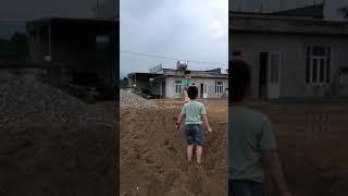 Khi hai anh em được  nghịch cát  Thi  hào hứng