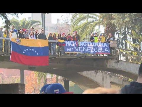Chilenos se enfrentan a manifestantes venezolanos en Santiago