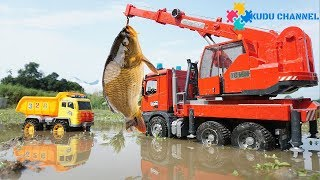 MERCEDES CRANE TRUCK & Contruction Vehicles Rescue two fishes  - Kudu Kids Channel