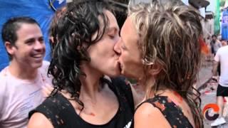 Besos por la igualdad en 'La Tomatina' de Buñol
