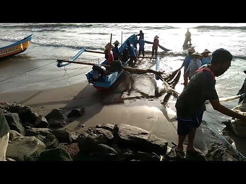 Proses Jaring Ikan Nelayan di Pantai Pangandaran