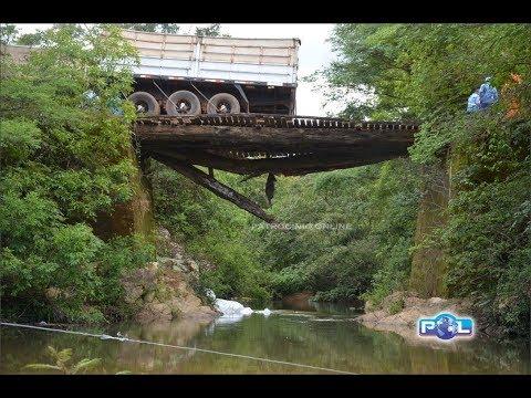 Ponte não suporta caminhão com excesso de peso e fertilizante cai e contamina afluente do córrego fe