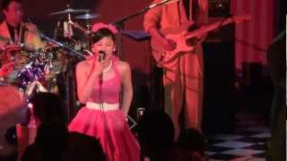 アユミちゃんが歌う「キッスは目にして」です。 スマホで曲を連続して見...