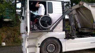 Инвалид Дальнобойщик демонстрирует работу своего тягача MAN с инвалидным подъёмником.