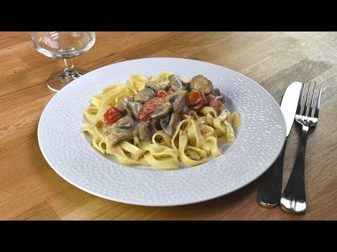 escalopes-de-veau,-sauce-crème,-champignons-et-tomates-cerises,-pâtes-fraîches