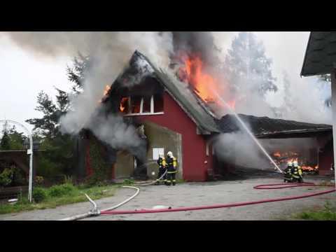 Požár rodinného domu ve Hvozdech na Praze západ