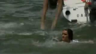 Salen a dar un paseo en veleros, y Diego tira a Roberta al agua