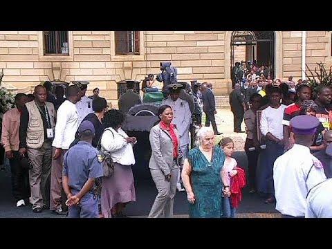 Des milliers de Sud-Africains saluent la dépouille de Nelson Mandela
