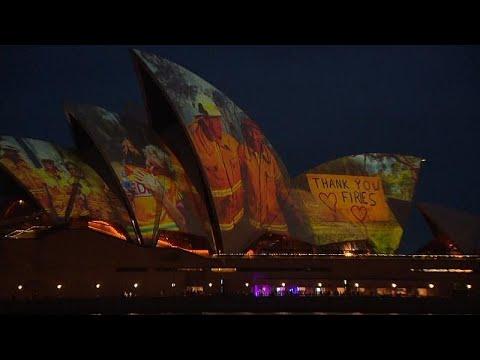 Avustralya'nın sembollerinden Sidney Opera Binası itfaiyeciler için aydınlatıldı
