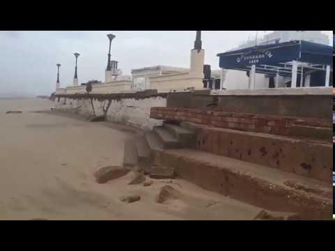 El temporal causa estragos en la playa Central de Isla Cristina.