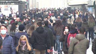 Lombardia zona arancione, in centro a Milano folla nelle vie principali e file davanti ai negozi