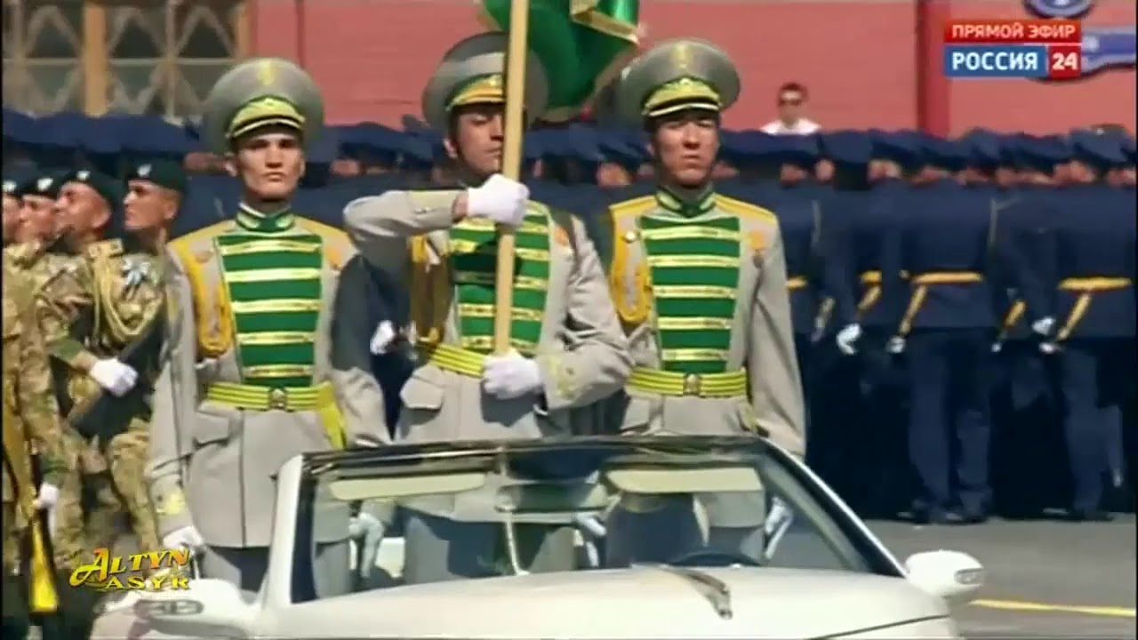 Военные Туркменистана провезли по Красной площади знамя под которым воевал дед президента