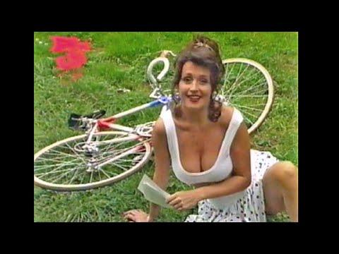 Wendy van Wanten 1990 Pinup Club sexy borsten op de fiets